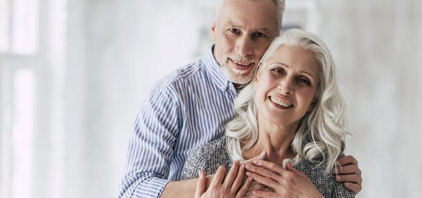 Personas mayores con implantes dentales