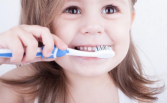 Niño pequeño cepillándose los dientes