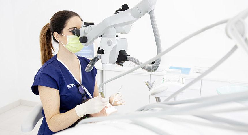 ¿Para qué utiliza el dentista el microscopio dental?