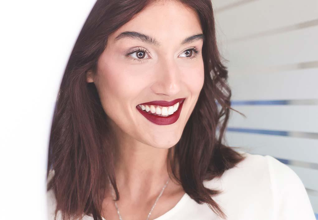 Chica sonriendo con dientes blancos